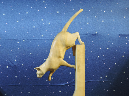 棚から飛び降りる時の木彫りの猫 wood carving cat of when jumping off the shelf